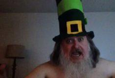 Дичайший мужчина с пышной бородой просто примеряет шляпы и хохочет на своём YouTube-канале