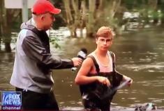 «Ну да, не очень удобно». Этот парень должен выгулять своего пса, и наводнение не помеха
