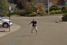В погоне за славой молодой папа поскакал за машиной Google Street View верхом на швабре