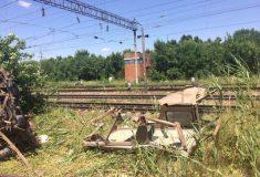 «Эльдар, вылазь!» Поезд разносит УАЗ поспешившего переехать рельсы водителя