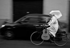 На пути к Богу. Пользователи сети обсуждают монашку, мчащую на велосипеде по трассе в полном одеянии
