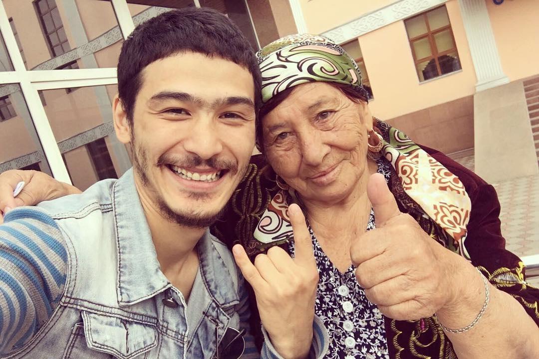 «Житуха пафосная и прикольная». Бабушка-рэпер из Казахстана прославилась на весь мир