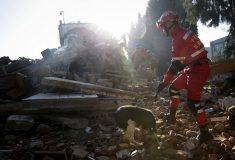 Обычная пятиэтажка в Китае рухнула в воду и уплыла, не выдержав наводнения