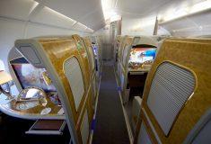 Пассажир Emirates снял видео, как стюардессы в первом классе сливают не выпитое шампанское в бутылку