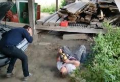 Сложно оценить пранк, будучи без сознания: норвежец с бензопилой жестоко разыграл друга