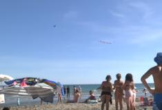 Французский комик оскорбил туристов на пляже с самолёта и случайно спас одного из них