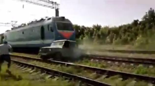 ВКраснодарском крае поезд протаранил застрявший напутях «УАЗ»