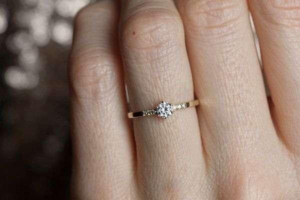 Рука женская с обручальным кольцом фото