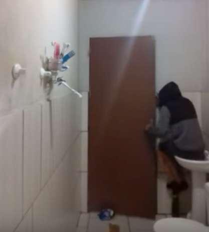 Девушка бросит в ванной