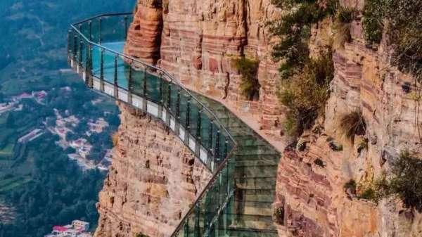 В Китае стеклянный мост начал «трескаться» под ногами туристов (видео)