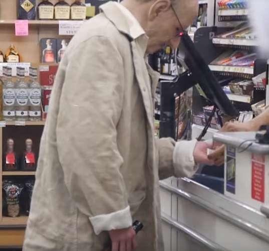 ВВеликобритании ребенок притворился дедушкой иотправился вмагазин за спиртом