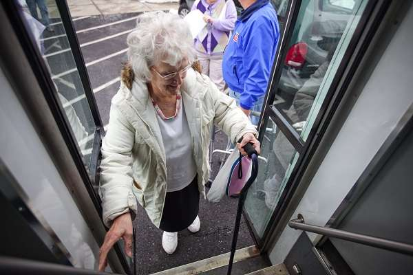 Ученые поведали, почему смертельно опасно уступать старшим людям место втранспорте