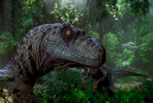 Крис Прэтт ласкает динозавра впервом тизере «Мира Юрского периода-2»