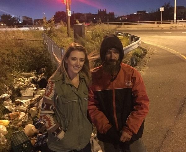 Американка собрала 300 тысяч долларов для бездомного, отдавшего ейпоследние деньги