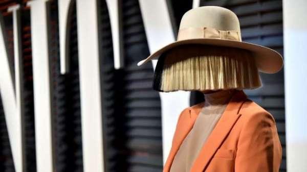 Эстрадная певица  Sia обнародовала  свою обнаженную фотокарточку . Снимок хотели реализовать  папарацци