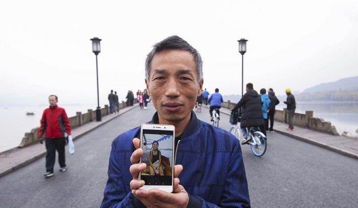 dis-one Родители потерянной девочки приходили каждый год на мост в надежде увидеть ее