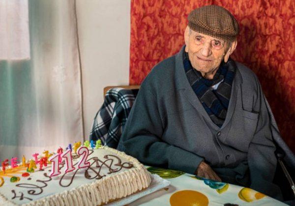 Самый старый мужчина в мире назвал секретом долголетия винишко и работу. Но везде есть свои нюансы