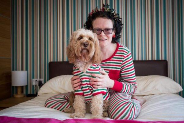 Розовые миски, счёт в банке и 68 подарков на Рождество. Как живёт собака Лола, чересчур обожаемая хозяйкой