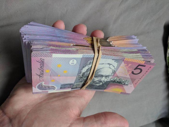 Порно собравшее много денег, брюнетка в черных чулках с розовыми бантами фото