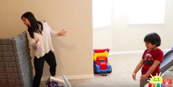 Шестилетний парень зарабатывает миллионы наинтернет-обзорах игрушек