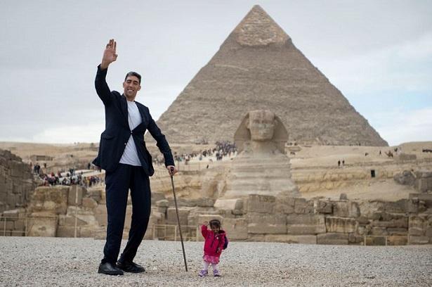 Самый высокий в мире мужчина и самая маленькая в мире женщина повстречались у египетских пирамид