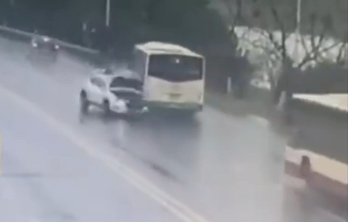 Водитель автокрана увидел, как автобус с людьми рухнул в реку. Он не растерялся и выудил пассажиров лебёдкой