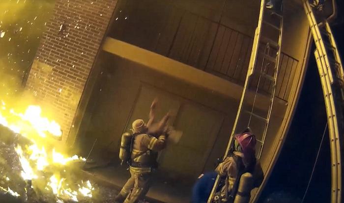 Пожарный поймал ребенка, сброшенного с 3-го этажа