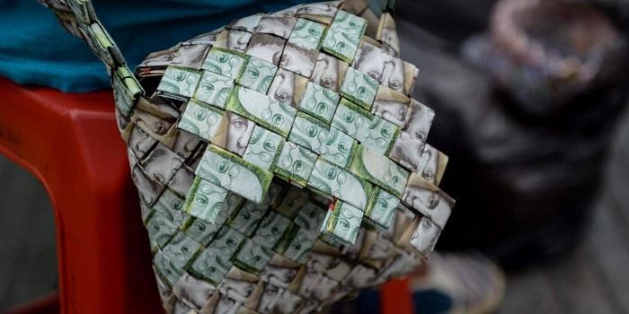 Валюта Венесуэлы так обесценилась, что жители плетут из неё сумочки. И продают их в десятки раз дороже купюр