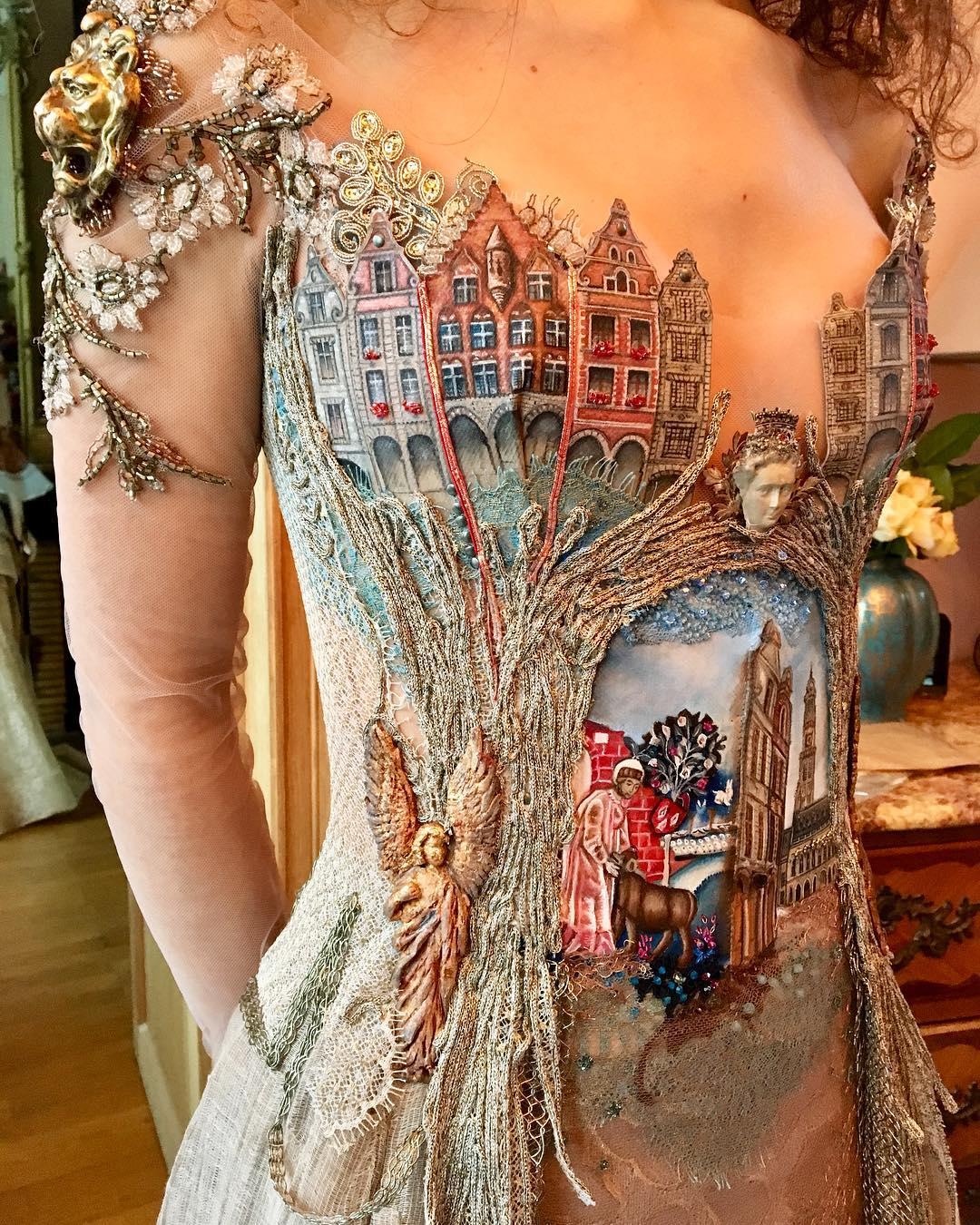 Французский дизайнер шьёт потрясающие платья-истории. Она использует корешки книг, цветы и даже скрипку