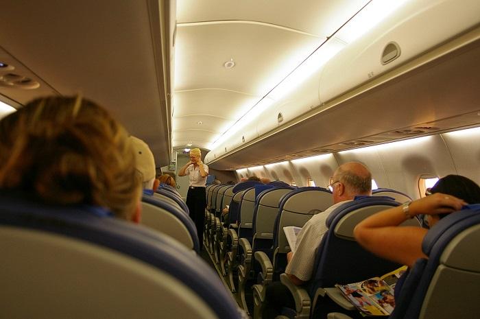 Куда садиться в самолёте, чтобы не заразиться гриппом: научное исследование для всех, кто боится вирусов