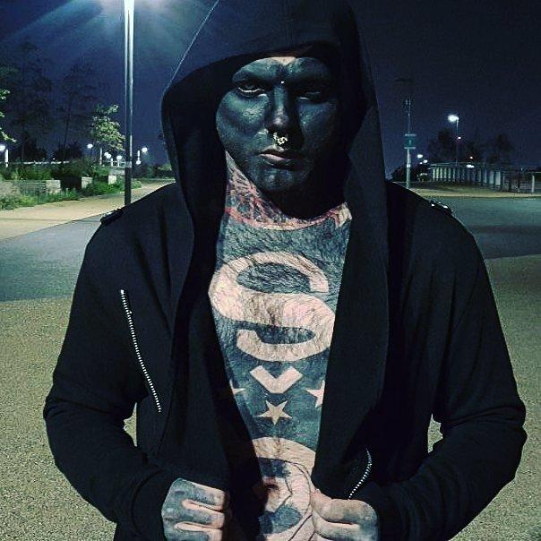 Мужчина превратил своё лицо в негативную копию. Татуировки на всём теле помогли ему найти себя