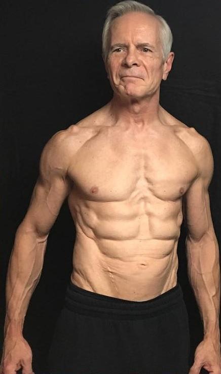 Американец стал фитнес-блогером в 67 лет. И его видео заставят любого записаться в тренажёрный зал