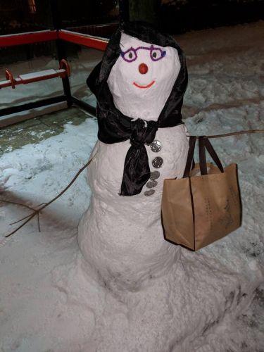 Какой-то злой пранкер сломал бабушку-снеговика. В ответ целая армия явилась мстить за снежную леди