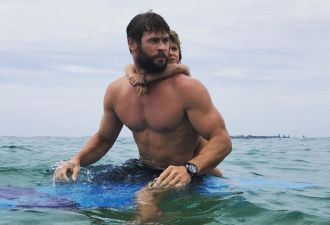 "Крис Хемсворт сбежал от ""Оскаров"" и дразнит всех фотографиями с пляжа"