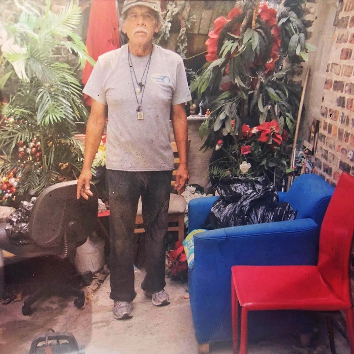 Бездомный оставил после себя сорок дворовых кошек. Местные жители построили для них мини-городок