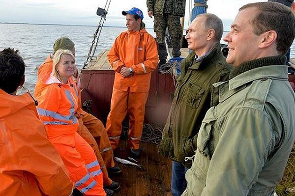 Блондинка, которую Путин поцеловал в Лужниках - не случайная незнакомка, а