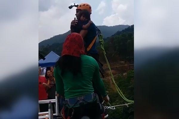 Папу из Малайзии судят за прыжок с тарзанки с дочкой на руках. Он уверяет, что ребёнок был пристёгнут
