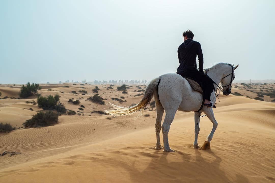 Дуров выложил фото на коне с пафосной цитатой. Что это значит? И почему так похоже на Metal Gear Solid?