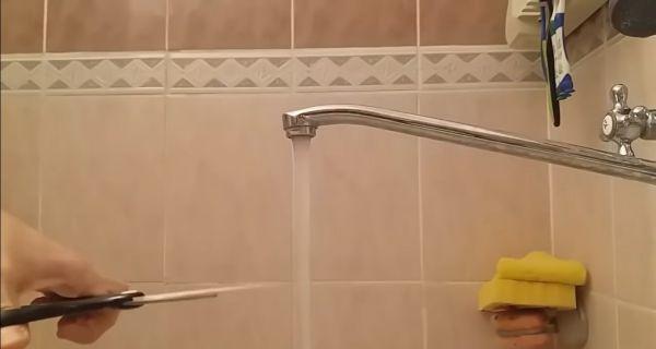 Блогер 10 часов отрезал воду от крана ножницами. Это не шутка, а новый челлендж на YouTube