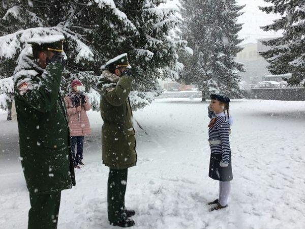 Школьники из Екатеринбурга маршировали без курток в мороз ради победы на конкурсе. Теперь и сами жалеют