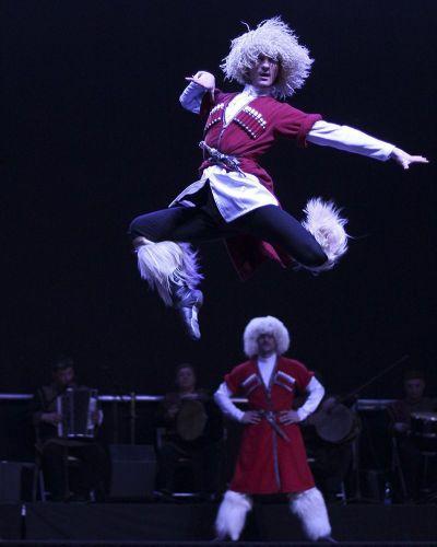 Танцоры из Грузии так прыгают и крутятся на коленях, что похожи на вечный двигатель. Они точно люди?