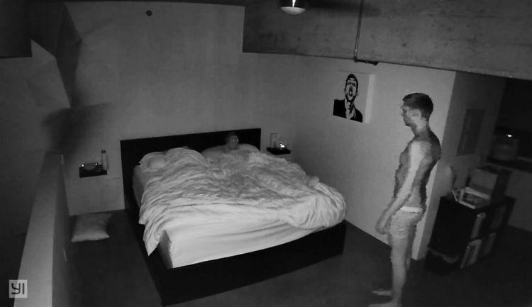 сын установил в комнате мамы камеру