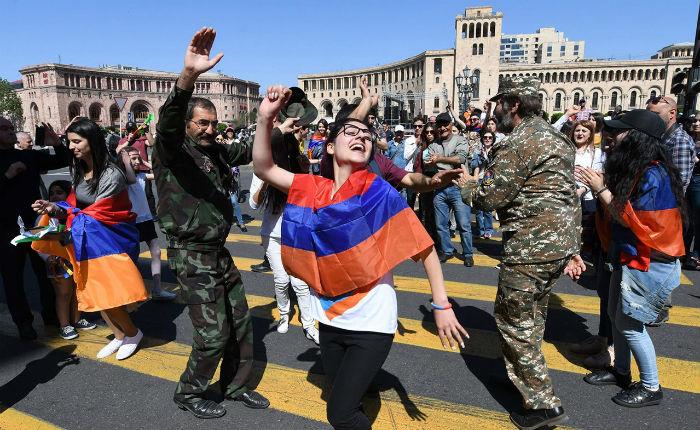 В Армении протестующие перекрыли столицу и железные дороги. И правящая партия пошла на уступки