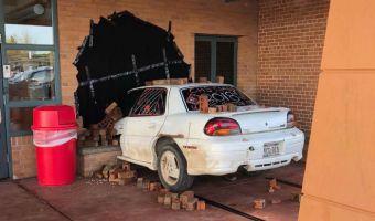 Директор школы обнаружил машину, торчащую из стены его кабинета. Оказалось, это изящный пранк выпускников