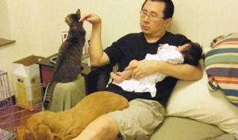 Десять лет на диване. Отец с дочкой снимались в одной позе раз в год, и результат их прославил