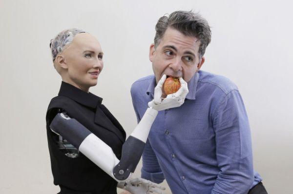 Женить всех человеков. Создатель робота Софии заявил, что к 2045 году люди начнут вступать в брак с андроидами