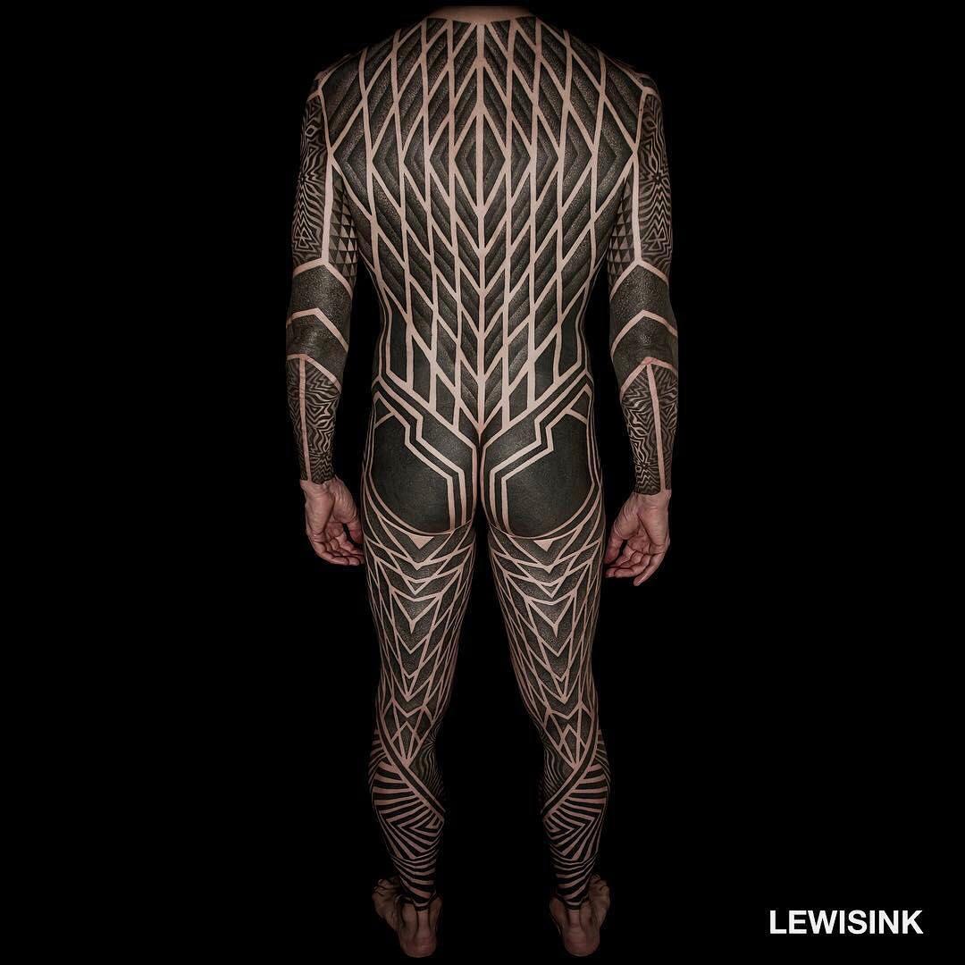 Таймлапс нанесения тату, который гипнотизирует. Мастер из Парижа раскрашивает спину клиента сложными фигурами