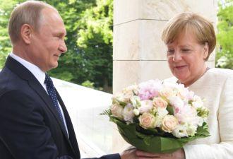 Розы как оскорбление. Что не так с букетом цветов, который Путин подарил Меркель