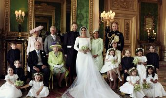Репортёр повис на воротах для идеального фото свадьбы. Но восторги принца Гарри и Меган Маркл достались не ему