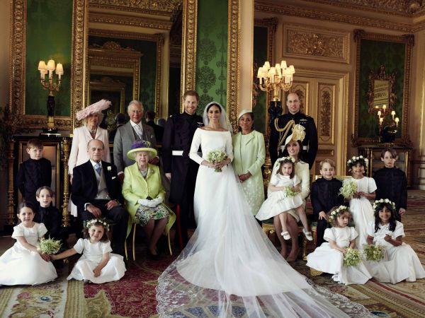 Репортер повис на воротах для идеального фото свадьбы. Но восторги принца Гарри и Меган Маркл достались не ему